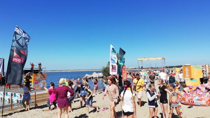 На пляже «Звезда» тысячи сибиряков устроили грандиозный фестиваль