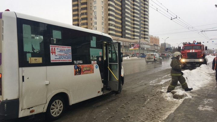 Возможно, заминирована: маршрутку №44 около метро «Октябрьская» осматривает МЧС