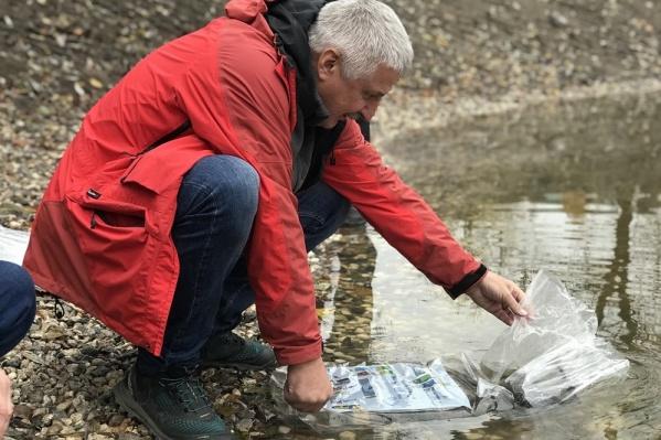 Мэр Денис Добряков своими руками выпустил рыбу в пруд