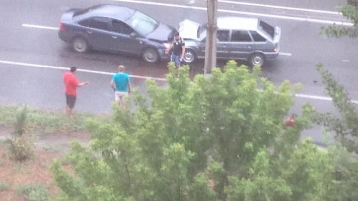 На севере Волгограда ВАЗ-2114 столкнулся с иномаркой