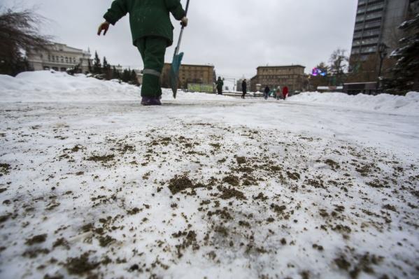 Городские службы занимаются чисткой тротуаров, но гололёдных травм у новосибирцев избежать не удалось