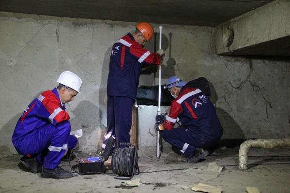 Рабочие перекрывают заглушкой индивидуальный выпуск канализации из квартиры в общий стояк