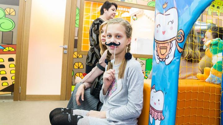 Выбили зуб — брось его в молоко и беги к фее: детские стоматологи открыли «Дентальную травматологию»