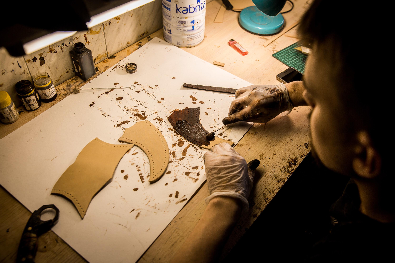 В одном из помещений мастерской работают кожевники, которые изготавливают ножны