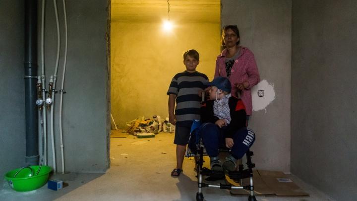 Деньги нашлись, но не сразу: мэрия взялась за ремонт жуткой квартиры, которую дала мальчику-инвалиду