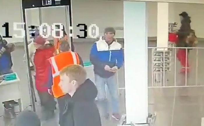 Мужчина в бело-синей куртке прихватил чужой телефон