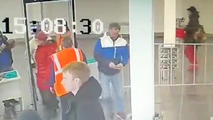 В Екатеринбурге полицейские ищут мужчину, который украл телефон во время досмотра на вокзале