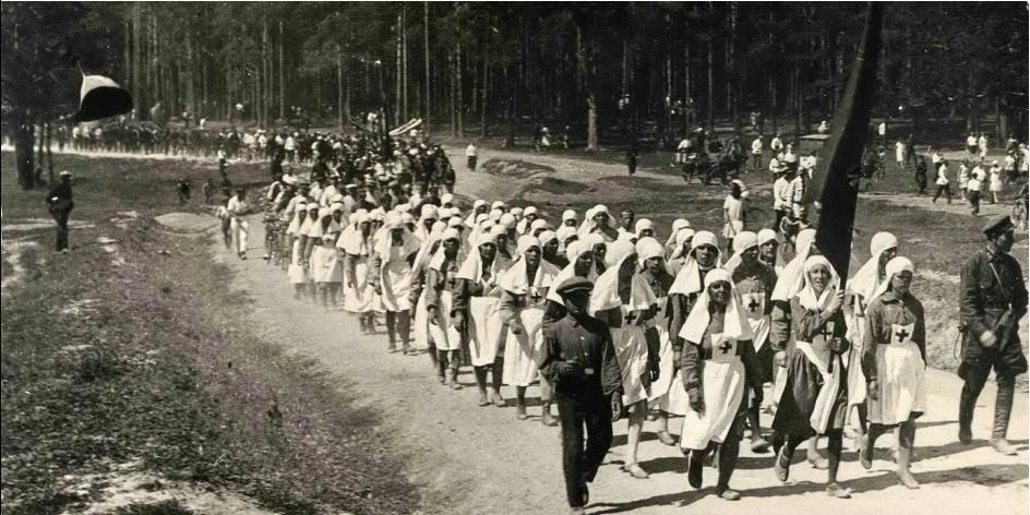 Жгли корабли и шли танцевать на площадь: как 100 лет назад уральцам устраивали праздничный выходной