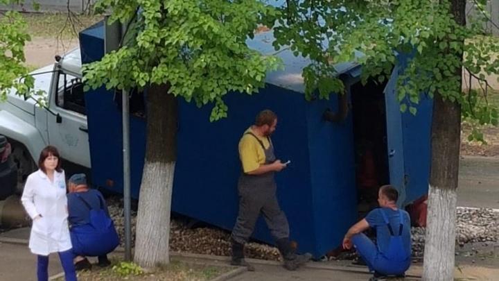 В Ярославле грузовик рабочих застрял в выкопанной ими яме