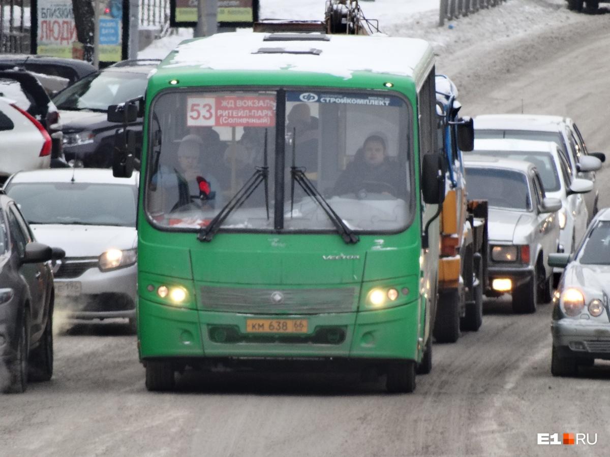 По словам горожан, этой зимой дождаться автобусов №53 в часы пик почти нереально. Мерзнуть на остановках готов не каждый