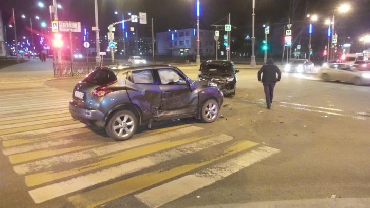 Появилось видео ДТП у площади Коммунаров, после которого Nissan перевернуло на бок