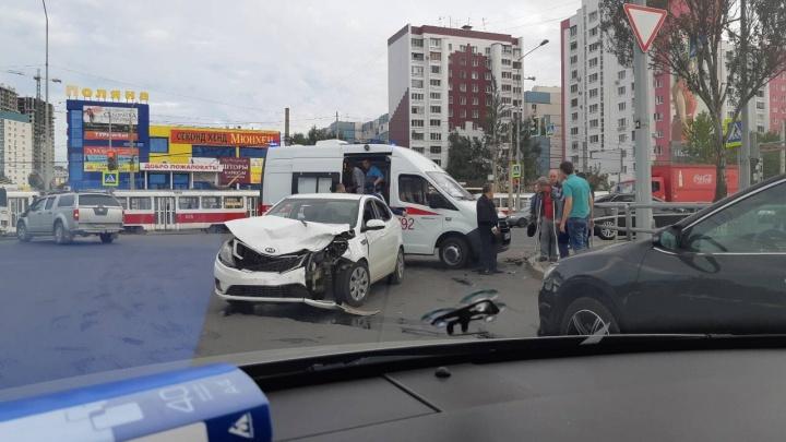 «Разметало по дороге»: на Кирова — Ново-Садовой столкнулись две иномарки