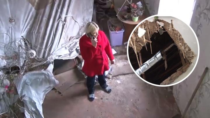 «Там играли дети»: в Данилове из-за сырости рухнул потолок в квартире. Видео