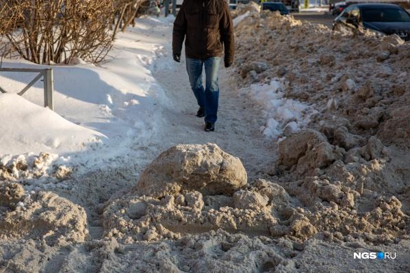 С чисткой основных улиц дорожники справились, а вот о пешеходах не подумали: переходы часто отделяют снежные валы