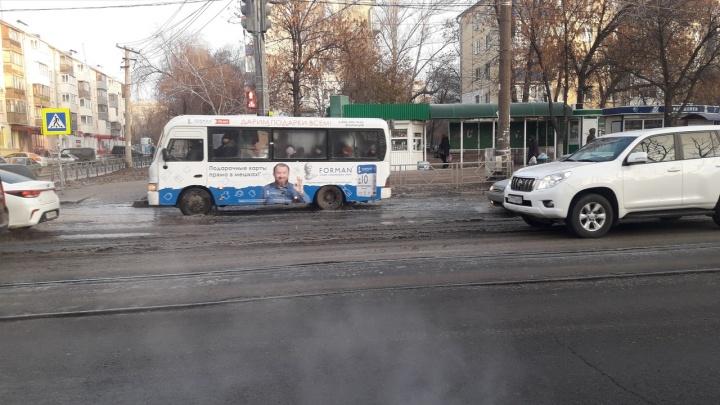 «Застынет — будет каток»: на пересечении улиц Аэродромной и Волгина прорвало водопровод