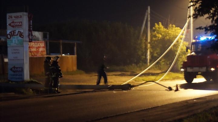 В Омске иномарка снесла два фонарных столба