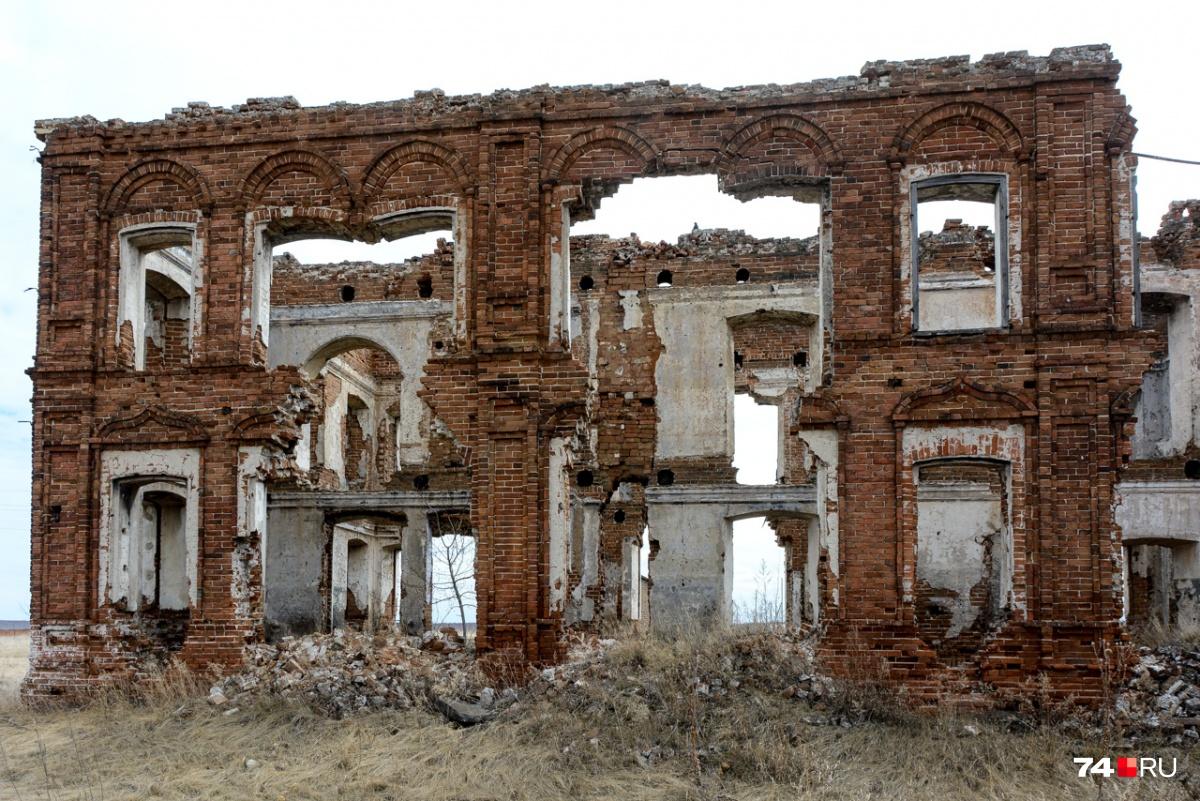 Здание пришло в упадок, держится из последних сил