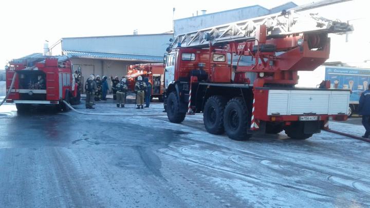 Клубы дыма: в Ростовской области загорелся цех по производству вафель