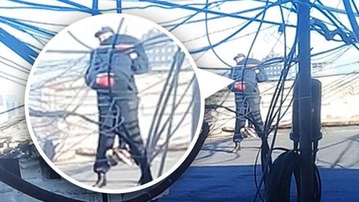 Уговорили не прыгать: полицейские сняли11-летнюю девочку с крыши девятиэтажки на Мичурина