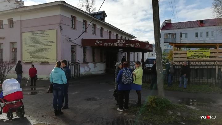 «Лежат, как два ангелочка»: в Ростове прощаются с погибшими в пожаре детьми