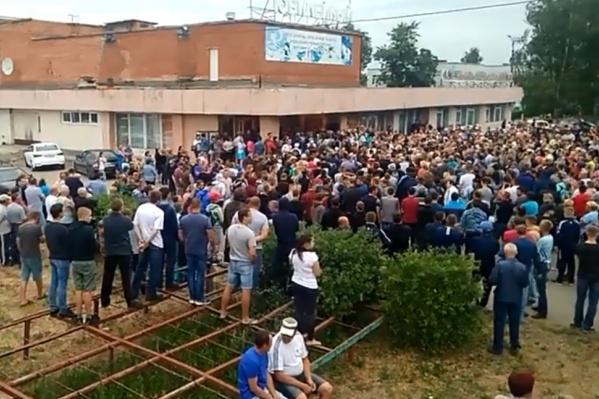 Кадр с видеозаписи народного схода. На протест вышло около полутора тысяч человек
