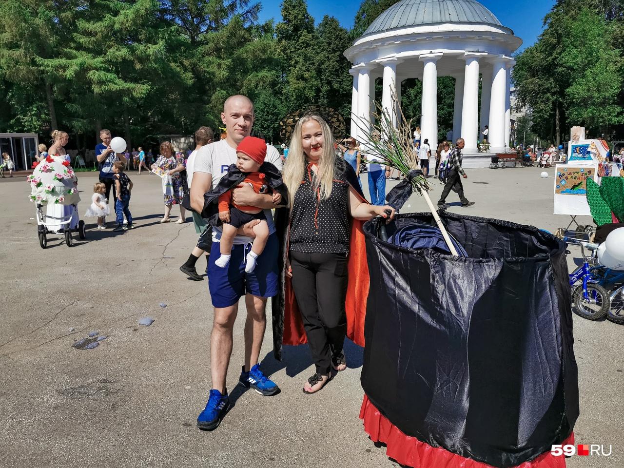 Неожиданное оформление: детская коляска в виде ведьминского котла, мама — в костюме ведьмы, а сын — чертенок