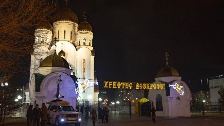 Тысячи красноярцев пришли в храмы ночью на пасхальные богослужения: как это было