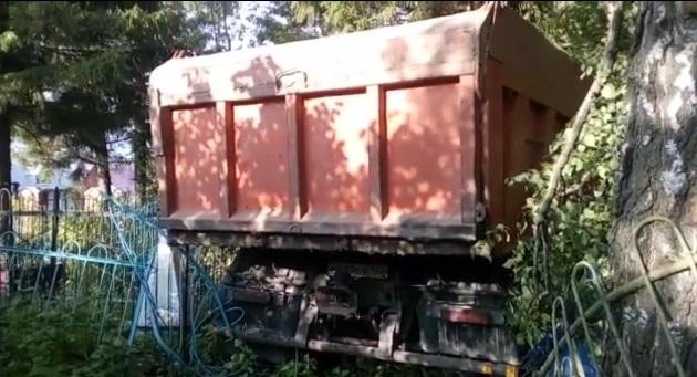 В Башкирии пьяный водитель КАМАЗа устроил аварию на кладбище и разворотил могилы