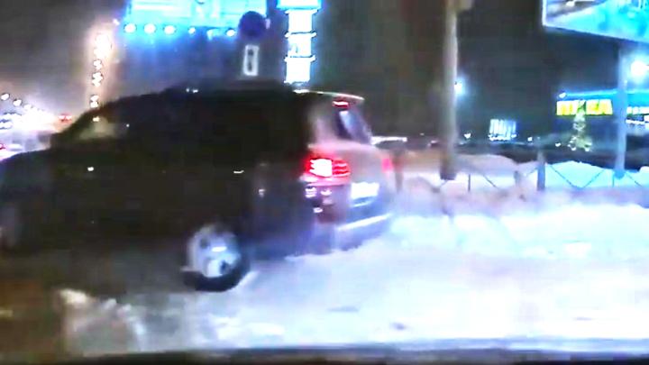 «Куда ты рулишь?»: бойня возле «МЕГИ» — врезался в Lexus LX и сразу виноват (видео)