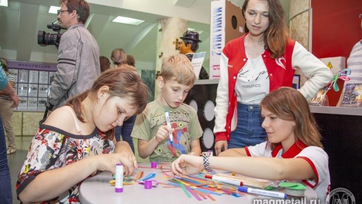 Портфель и праздник: 150 детей-инвалидов Магнитогорска получили подарки к учебному году