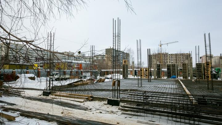 В «Северном» строят спортцентр с бассейном на месте автостоянки