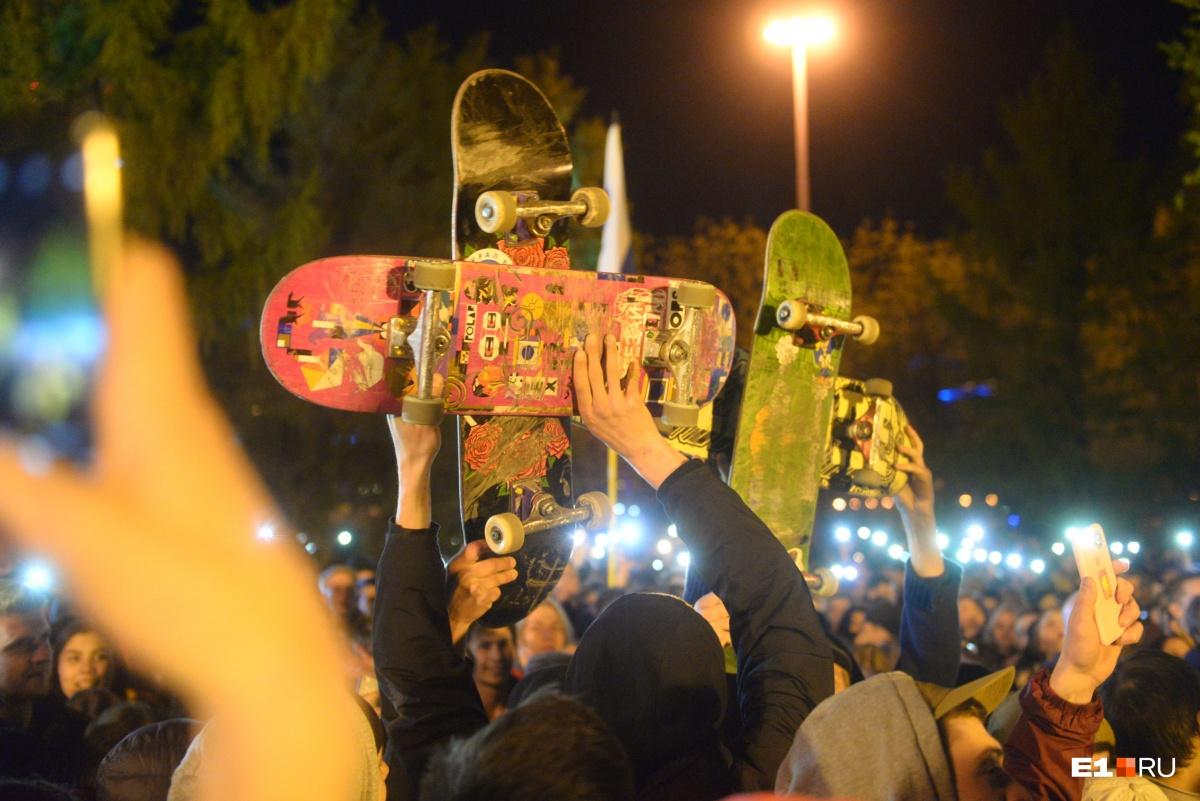 Среди участников акции протеста были молодые люди, которые решили выразить свое отношение к идее строительства храма в сквере с помощью скрещенных скейтов
