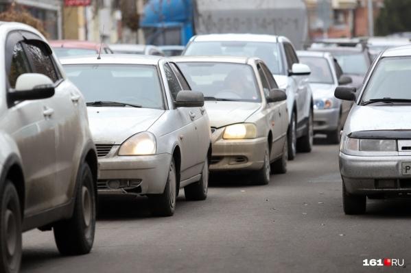 Автомобили движутся не быстрее 10 км/ч