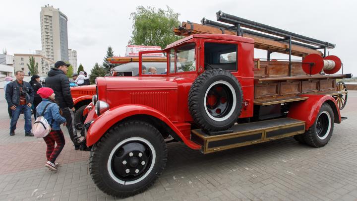 Старинные пожарные машины и новые мотоциклы МЧС прокатились колонной по центру Волгограда