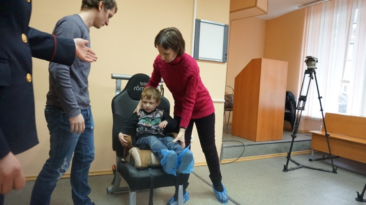 Врачи Красноярска показали, какие травмы может получить при аварии неправильно пристегнутый ребенок