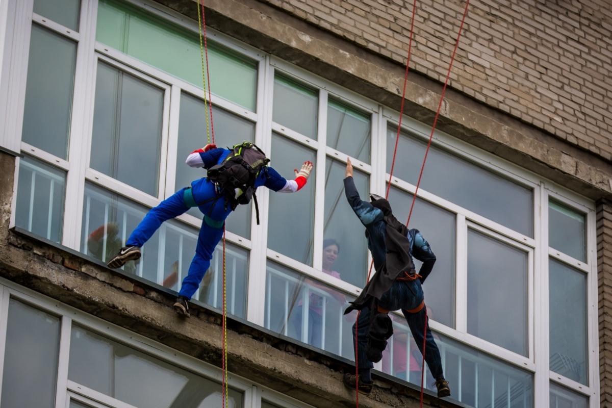 Альпинисты признавались, что техническая сторона акции была простой — обычно они залезают и на более высокие здания. Фото Александра Ощепкова