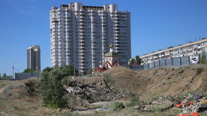 На «отжатой» у ФОКа земле в центре Волгограда растет свалка, живут бомжи и размножаются горожане