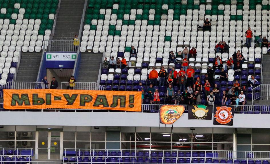 Несмотря на рабочий день, несколько десятков человек поддерживали «Урал» в Самаре
