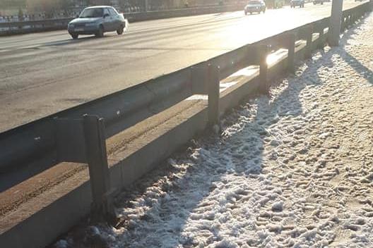 «Если снова снимут асфальт, то лучше не стоит»: снежная «каша» укрыла Астраханский мост в Волгограде
