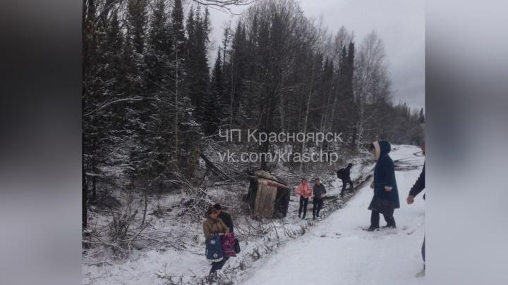 Под Красноярском на заснеженной трассе перевернулся микроавтобус