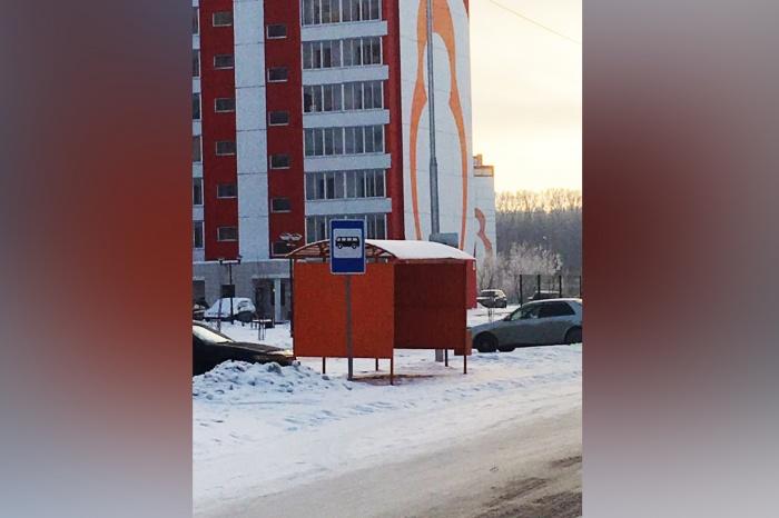 Остановка между домами Дмитрия Шмонина, 6 и 10 появилась месяц назад