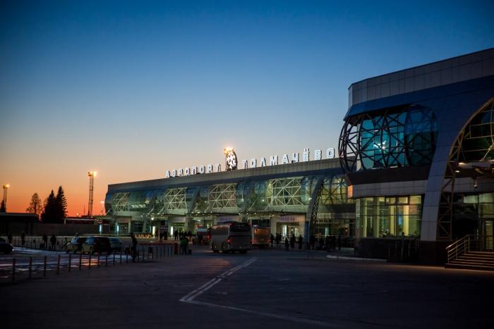 В аэропорту Толмачёво пояснили, что рейс задержался из-за позднего прибытия самолёта