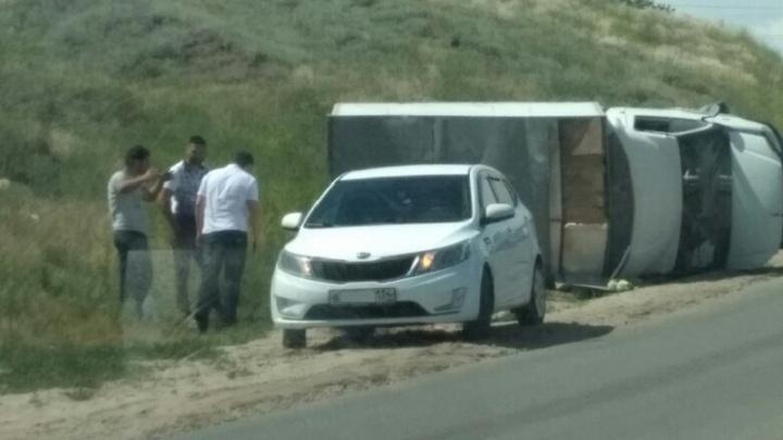 «Отказали тормоза»: в Волгограде перевернулся грузовик с капустой — видео