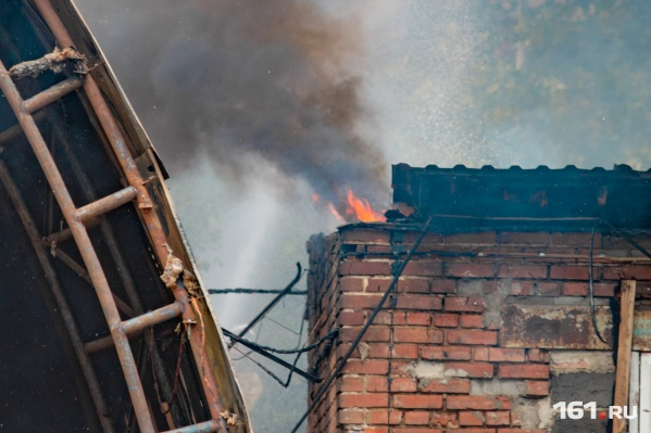 Огонь быстро распространился по площади всего дома