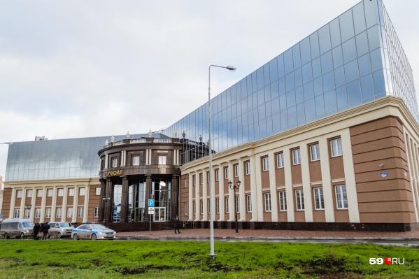 Здание будто разделили пополам две эпохи: классическая и современная