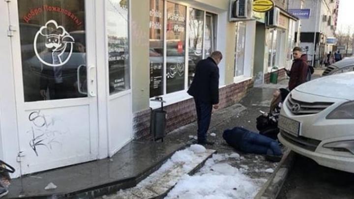В центре Перми с крыши дома на мужчину упала глыба льда