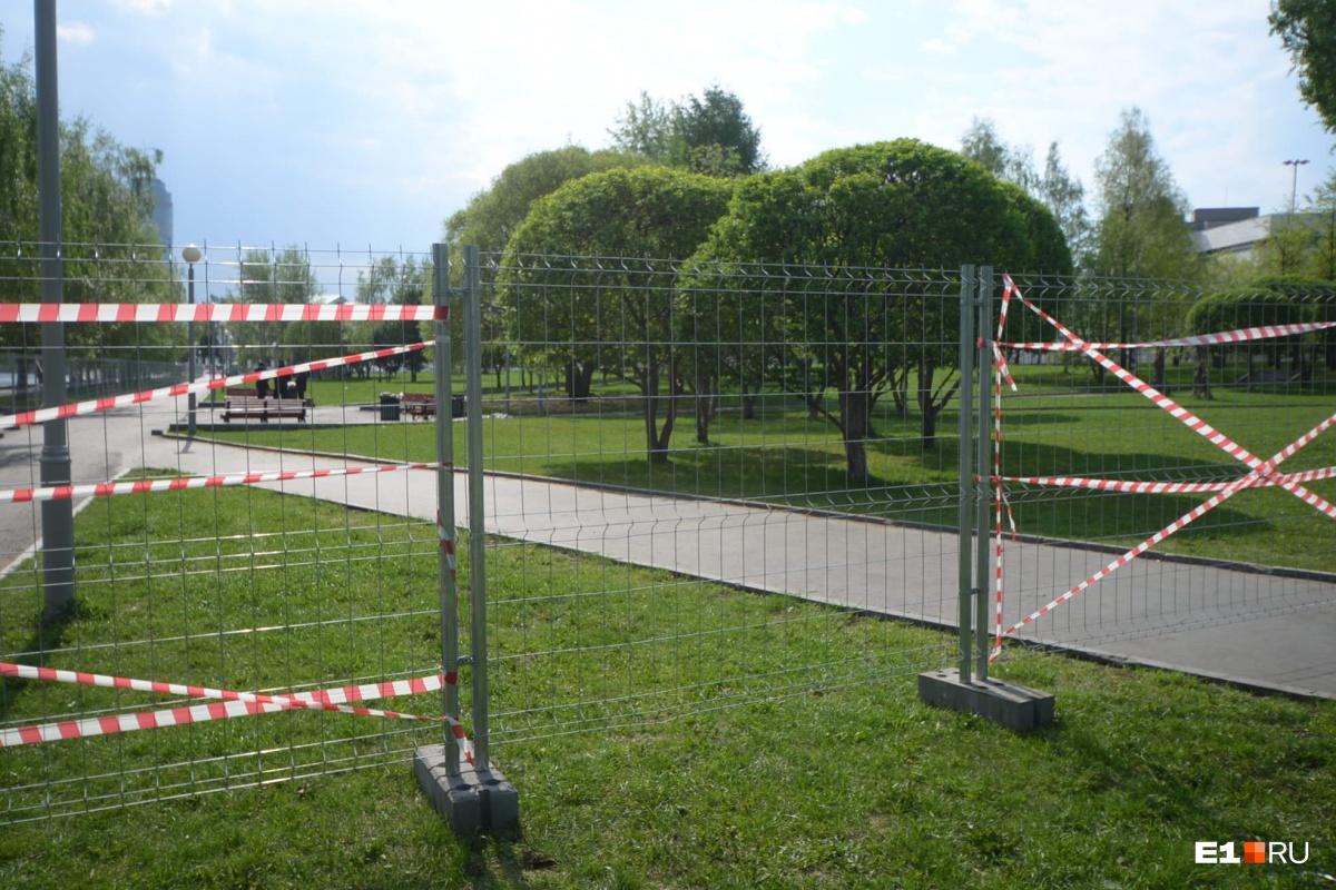Забор появился в ночь на 13 мая