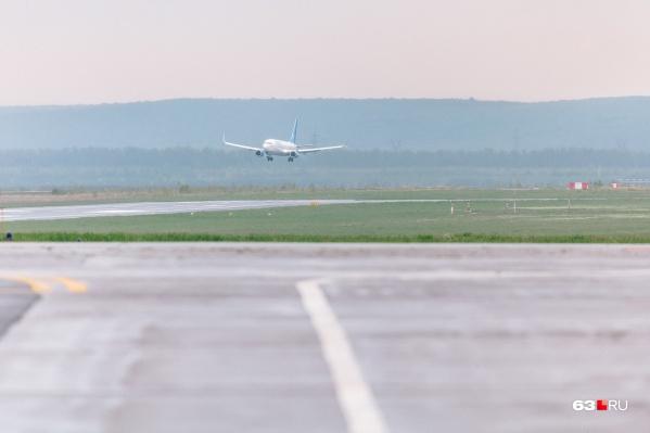 В аэропорту самолет встречали медики