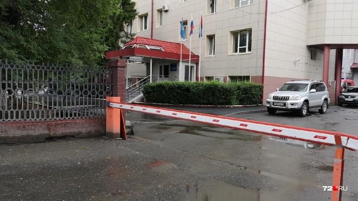 Пьяные тюменцы на машине снесли ворота у главного здания МЧС и скрылись