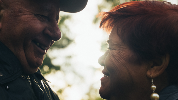 Любовь 80-го уровня: история пенсионеров, которые влюбились и вместе уехали жить в дом престарелых